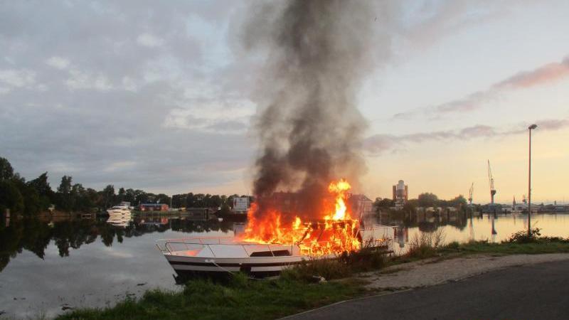 Ein Sportboot steht inFlammen. Foto: --/Polizei Emden/dpa