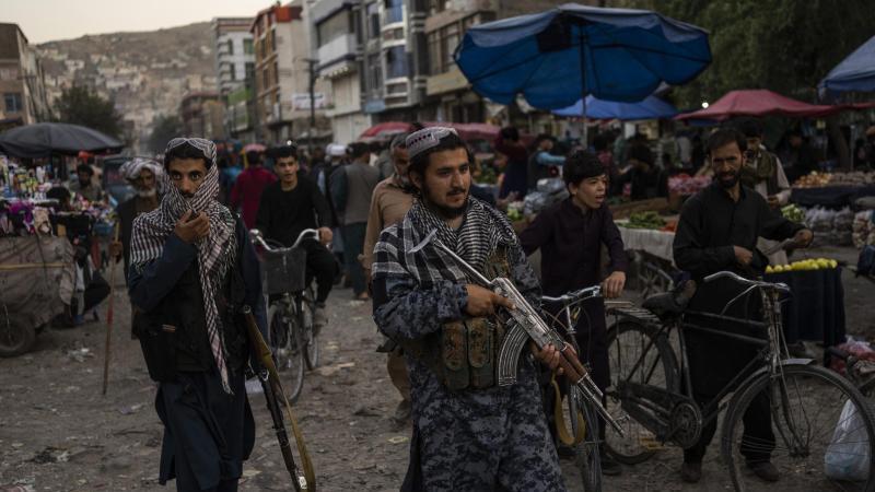 Seit der Machtübernahme der Taliban haben afghanische Medienschaffende mit Repressalien zu kämpfen. Nun erbitten sie Hilfe. Foto: Bernat Armangue/AP/dpa
