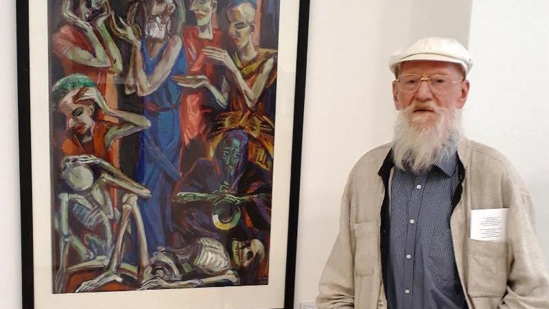 """Der Brandenburger Maler Ronald Paris steht vor seinem Bild """"Lear"""" aus dem Jahre 1984. Foto: Gerlinde Förster/dpa/Archivbild"""