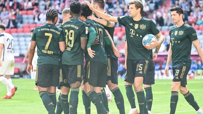 Bayerns Leroy Sane (M) eröffnete gegen den VfL Bochum den Torreigen und traf zur 1:0-Führung. Foto: Sven Hoppe/dpa