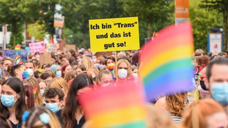 Zahlreiche Demonstranten und Demonstrantinnen ziehen während des CSD 2021 durch Oldenburg. Foto: Mohssen Assanimoghaddam/dpa