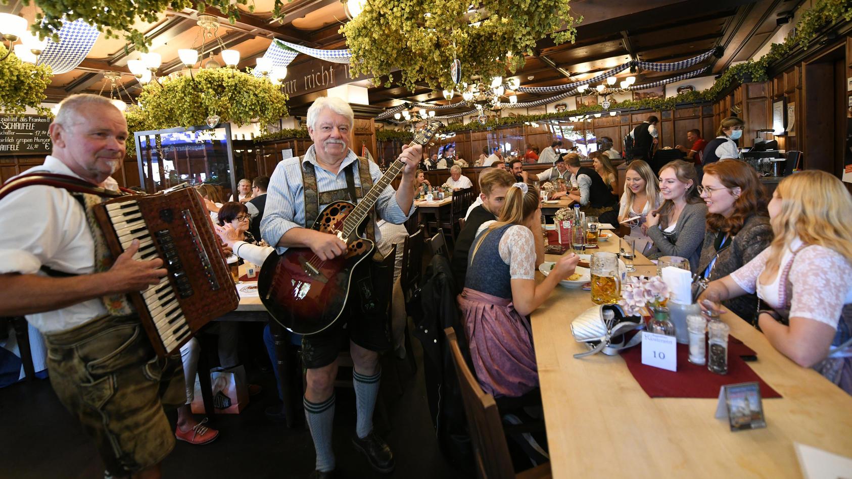 Das Oktoberfest musste zwar auch 2021 wieder abgesagt werden, Grund zum Feiern gibt es in München aber dennoch.