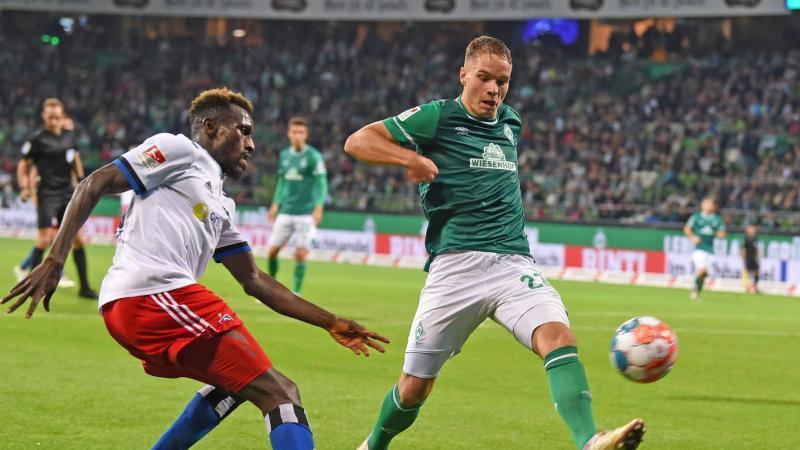 Hamburgs Bakery Jatta (l) kämpft gegen Werders Niklas Schmidt um den Ball. Foto: Carmen Jaspersen/dpa