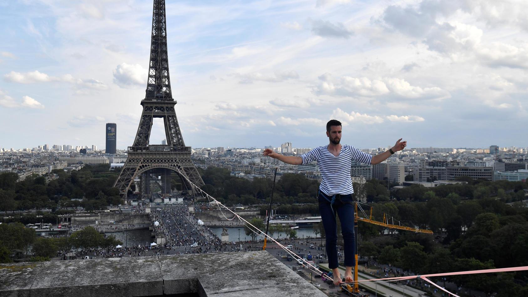Nathan Paulin, Akrobat aus Frankreich, kommt am Theatre National de Chaillot an, nachdem er auf einem Seil vom Eiffelturm über die Seine gelaufen ist.