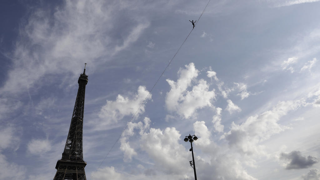 Hochseilakt am Pariser Eiffelturm