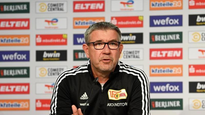 Unions Trainer Urs Fischer sitzt auf dem Podium. Foto: Matthias Koch/dpa/Archivbild