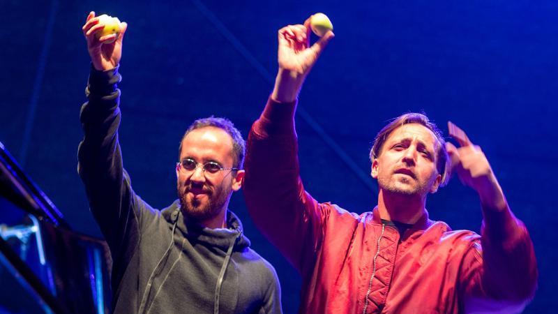 """Musiker Danger Dan (r) und Star-Pianist Igor Levit (l) spielen beim Konzert """"Jamel rockt den Förster"""". Foto: Jens Büttner/dpa-Zentralbild/dpa"""