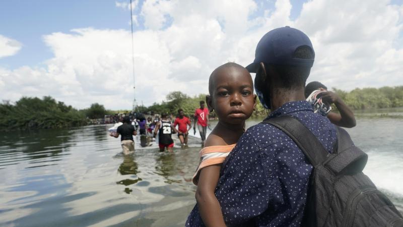 Haitianische Migranten benutzen einen Damm bei Del Rio, Texas, um von Mexiko aus in die Vereinigten Staaten zu gelangen. Foto: Eric Gay/AP/dpa