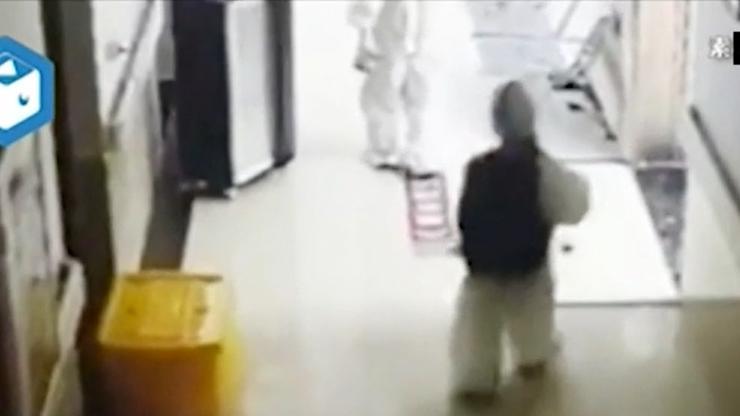 Ganz alleine geht der kleine Junge auf die Tür der Isolationsstation zu. Die Krankenschwester im Hintergrund soll für die Aufnahme des Videos verantwortlich sein.