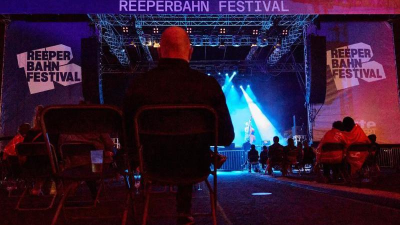 Zuschauer verfolgen einen Auftritt im Rahmen des Reeperbahn Festivals. Foto: Georg Wendt/dpa/Archivbild