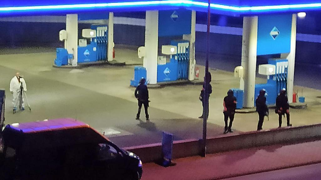 19.09.2021, Rheinland-Pfalz, Idar-Oberstein: Polizisten sichern eine Tankstelle. Ein Angestellter derTankstelle ist in Idar-Oberstein in Rheinland-Pfalz von einem mit einer Pistole bewaffneten Mann erschossen worden. Diebeiden Männer waren am Samst