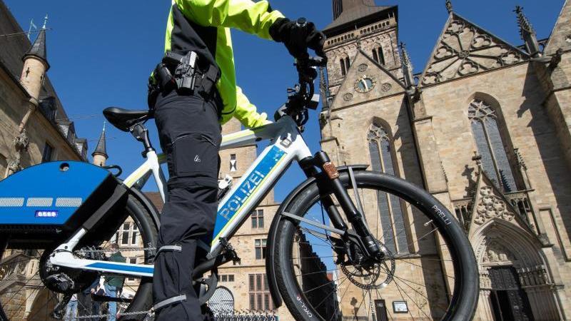 Ein Polizist steht auf einem S-Pedelec mit Blaulicht und Martinshorn. Foto: Friso Gentsch/dpa/Archivbild