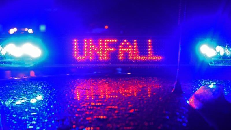 """Während einer Unfallaufnahme spiegelt sich der Schriftzug """"Unfall"""" auf dem Dach eines Polizeiwagens. Foto: Stefan Puchner/dpa/Symbolbild"""