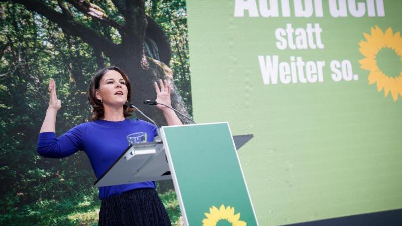 DieGrünen-Vorsitzenden Robert Habeck und Annalena Baerbock werben für ihre Partei. Foto: Kay Nietfeld/dpa