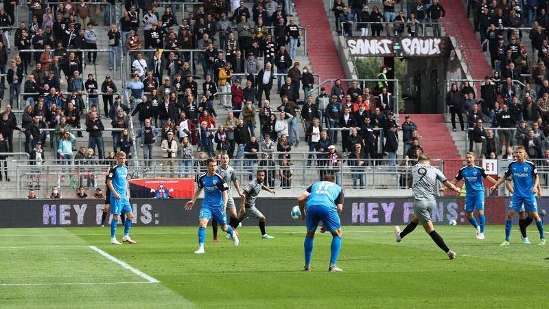 St. Paulis Guido Burgstaller (r) trifft zum 3:0. Foto: Christian Charisius/dpa