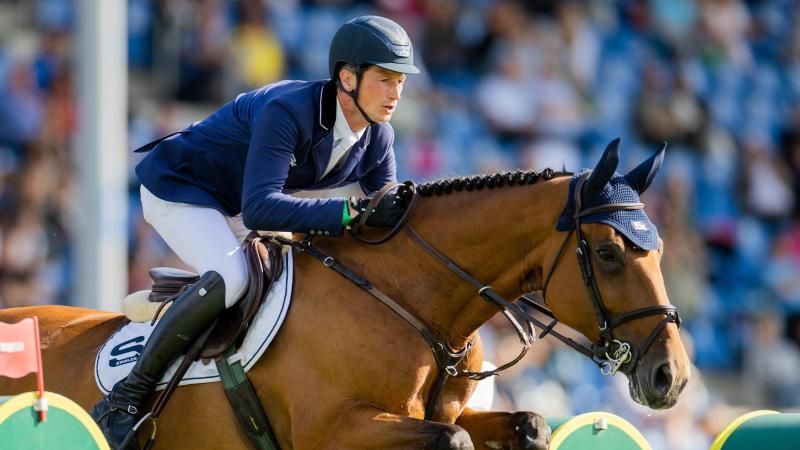 """Reiter Daniel Deußer aus Deutschland auf seinem Pferd """"Killer Queen"""" überspringt ein Hindernis. Foto: Rolf Vennenbernd/dpa"""