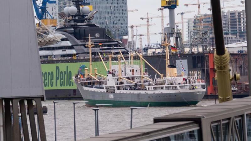 """Das Traditionsschiff """"MS Bleichen"""" fährt vor Dock 11 und Elbphilharmonie auf der Elbe. Foto: Jonas Walzberg/dpa"""
