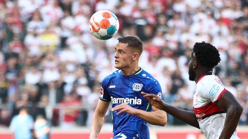 Leverkusens Florian Wirtz (l) und Stuttgarts Orel Mangala in Aktion. Foto: Tom Weller/dpa