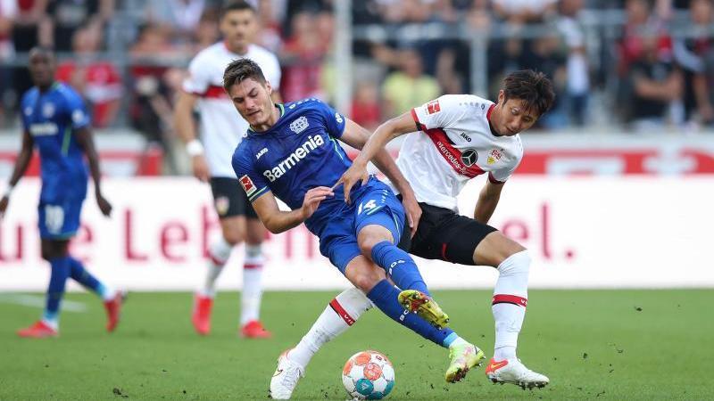 Leverkusens Patrik Schick (l) und Stuttgarts Hiroki Ito in Aktion. Foto: Tom Weller/dpa