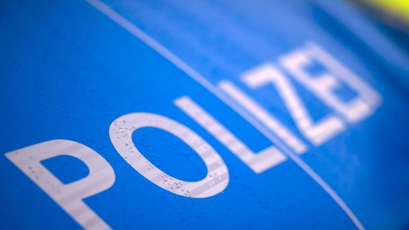 """Der Schriftzug """"Polizei"""" steht auf einem Streifenwagen. Foto: Jens Büttner/dpa-Zentralbild/ZB/Symbolbild"""