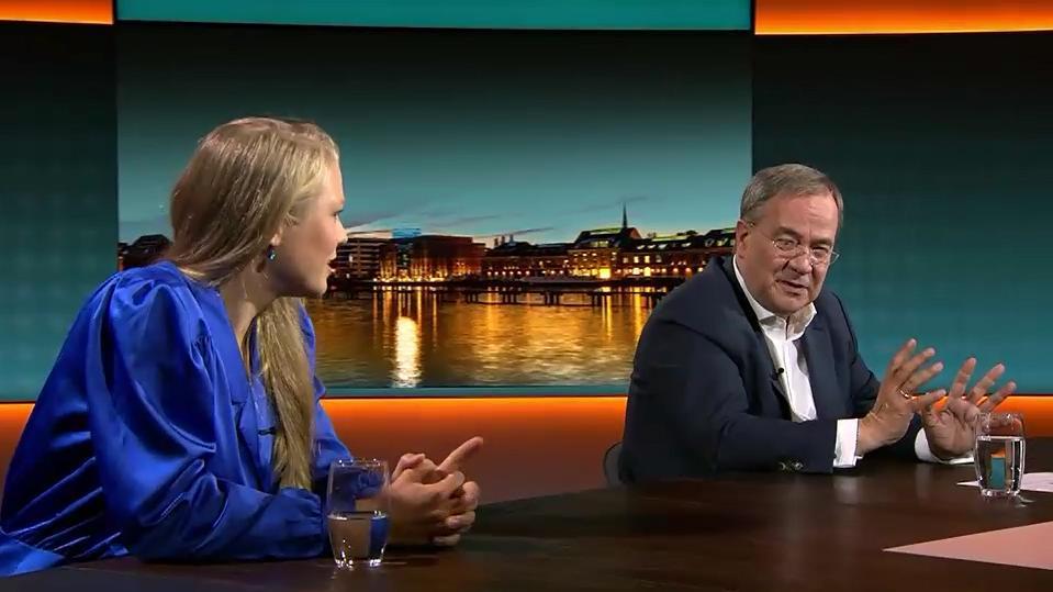 Studentin Arian Feigl-Berger spricht Laschet auf die Klimaziele der CDU an.