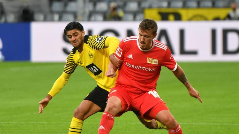 Dortmunds Mahmoud Dahoud (l) und Unions Max Kruse kämpfen um den Ball. Foto: Bernd Thissen/dpa