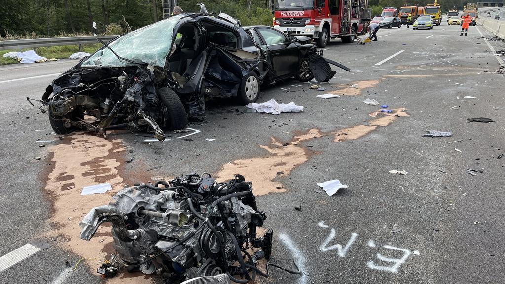 19.09.2021, Hessen, Friedberg: Die Autobahn 5 gleicht nach nach einem Unfall einem Trümmerfeld. Bei dem schweren Verkehrsunfall auf der A 5 bei Friedberg sind der Polizei zufolge mindestens vier Menschen getötet worden. Zudem seien mehrere Menschen v