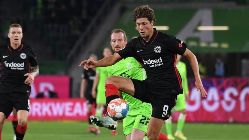 Frankfurts Torschütze zum 0:1, Sam Lammers (r), spielt gegen Wolfsburgs Maximilian Arnold. Foto: Swen Pförtner/dpa