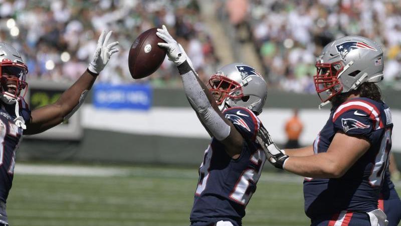 James White (M) von den New England Patriots feiert einen Touchdown. Foto: Bill Kostroun/AP/dpa