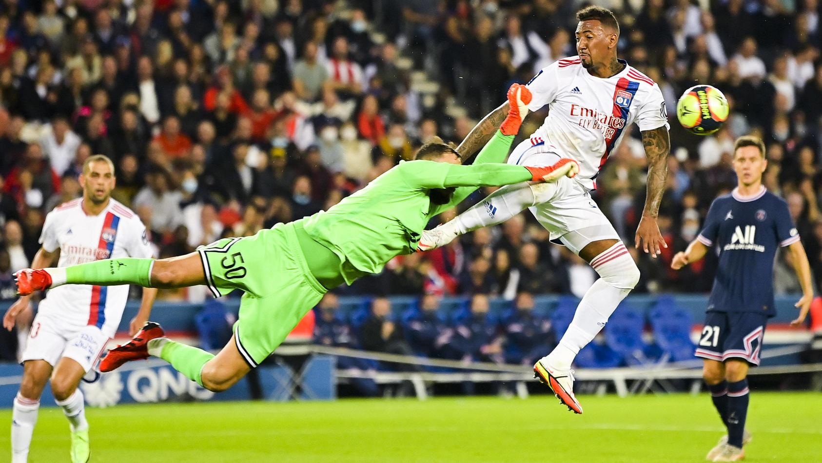 Jérôme Boateng gibt alles, um an den Ball zu kommen. Kommt er aber nicht