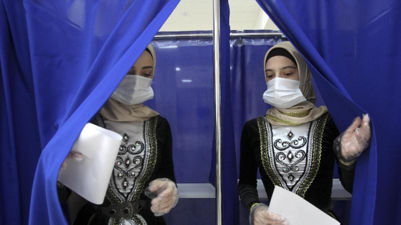 Frauen in tschetschenischer Nationaltracht verlassen eine Wahlkabine in Grosny. Bei der von Manipulationsvorwürfen überschatteten Wahl der neuen Staatsduma hat sich die Kremlpartei Geeintes Russland laut ersten Ergebnissen als stärkste Kraft behauptet. Fo