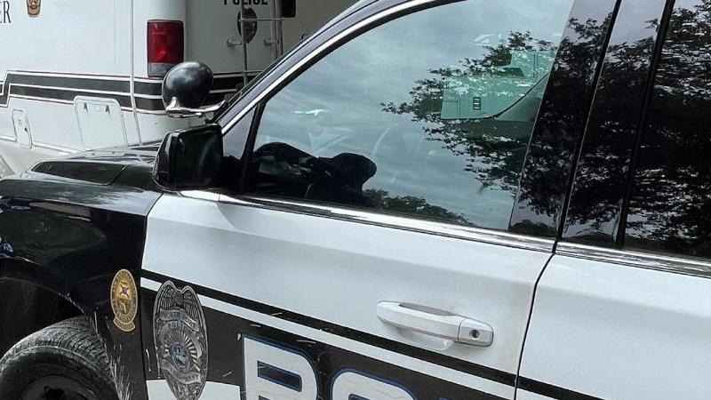 """Polizisten suchen im weitläufigen Carlton Reserve im US-Bundesstaat Florida nach Brian Laundrie. Laundrie gilt im Zusammenhang mit dem Verschwinden seiner Freundin Gabrielle """"Gabby"""" Petito als """"Person of Interest"""". Foto: Uncredited/North Port Police Depar"""