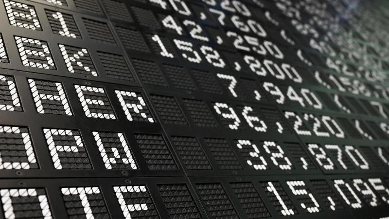 Die Dax-Werte werden im Handelssaal der Frankfurter Wertpapierbörse angezeigt. Foto: Arne Dedert/dpa/Archivbild