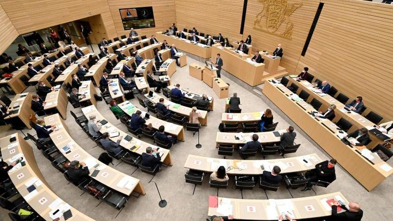 Blick in den Plenarsaal des Landtags von Baden-Württemberg.). Foto: Bernd Weißbrod/dpa/Archivbild
