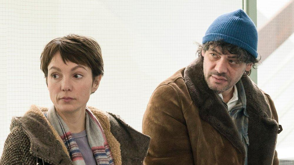 """""""Auf dünnem Eis"""": Ira (Julia Koschitz) begleitet Konrad (Carlo Ljubek) bei seinen Behördengängen und wartet mit ihm auf dem Gang im Sozialamt."""