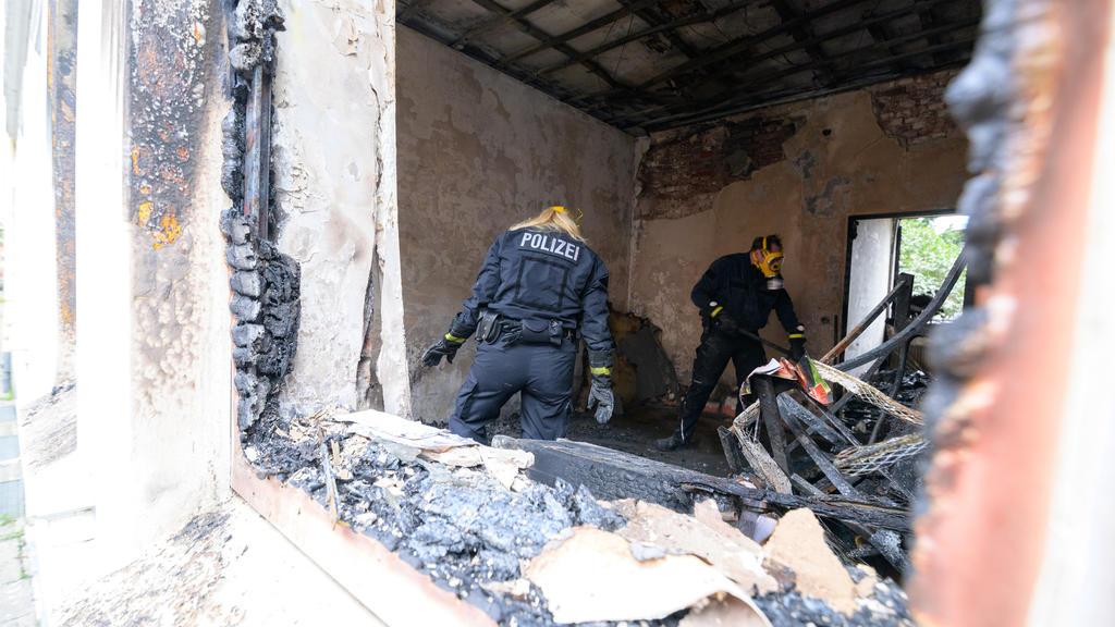 19.09.2021, Hamburg: Zwei Brandermittler der Polizei arbeiten in der zerstörten Brandwohnung. Bei einem Wohnungsbrand in Hamburg-Harburg sind am frühen Sonntagmorgen zwei Menschen ums Leben gekommen. Eine weitere Person sei lebensgefährlich verletzt