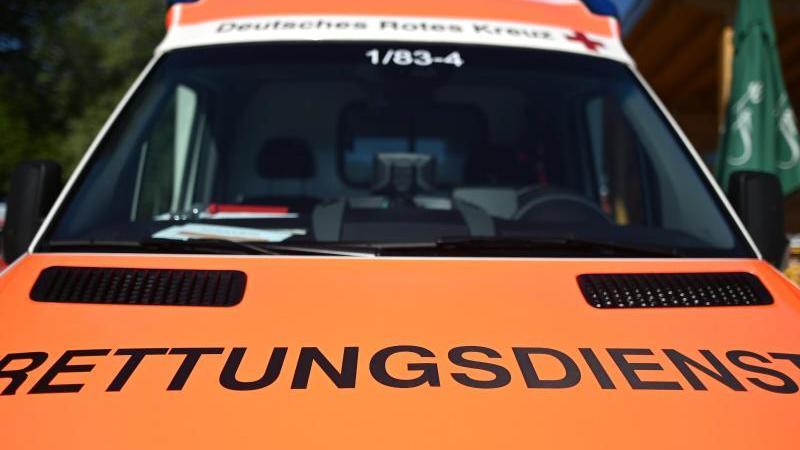 """Die Aufschrift """"Rettungsdienst"""" ist auf einemEinsatzwagen zu lesen. Foto: Patrick Seeger/dpa/Symbolbild"""