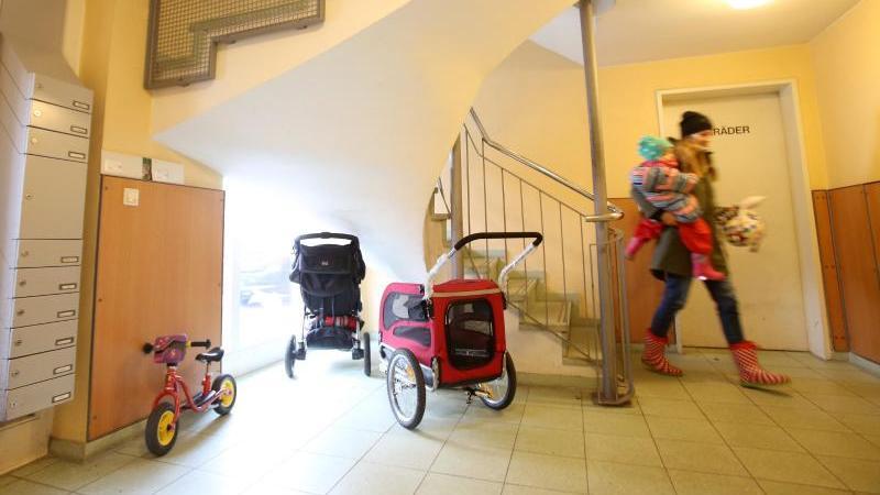 Die Hausordnung enthält viele Regelungen - zum Beispiel über Plätze zum Unterstellen von Rollatoren, Kinderwagen und Fahrrädern. Foto: Bodo Marks/dpa-tmn