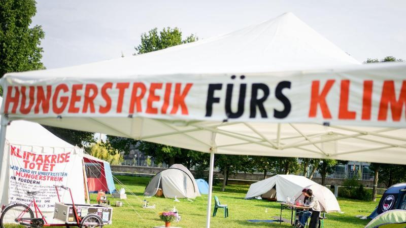 Ein Camp von Hungerstreikenden ist im Regierungsviertel aufgebaut. Foto: Kay Nietfeld/dpa