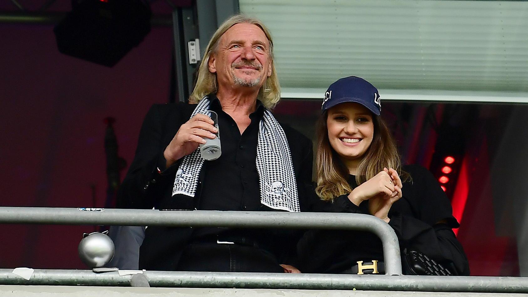 Frank Otto mit einer unbekannten Brünetten im St. Pauli Stadion in Hamburg.