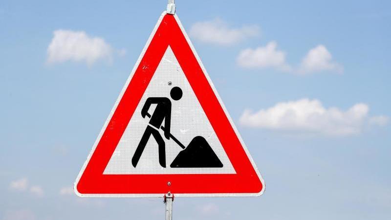 Ein Schild weist auf eine Baustelle hin. Foto: Jan Woitas/dpa-Zentralbild/dpa/Symbolbild