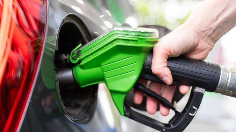 Der CO2-Preis dürfte sich in Zukunft beim Tanken bemerkbar machen. Verbraucherschützer fordern einen sozialen Ausgleich. Foto: Sven Hoppe/dpa
