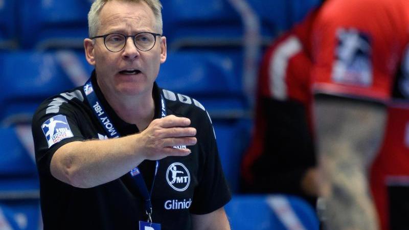 Melsungens Trainer Gudmundur Gudmundsson gestikuliert. Foto: Swen Pförtner/dpa/archivbild