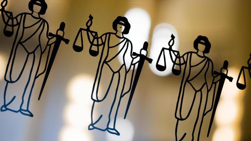 Die Justitia ist an einer Scheibe am Eingang zum Oberlandesgericht zu sehen. Foto: Rolf Vennenbernd/dpa