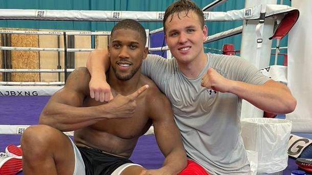 Viktor Jurk (r.) trainierte in Sheffield zehn Wochen mit Schwergewichts-Weltmeister Anthony Joshua