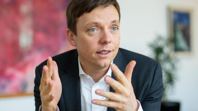 Saar-Ministerpräsident Tobias Hans gestikuliert während eines Interviews in seinem Büro. Foto: Oliver Dietze/dpa/archivbild