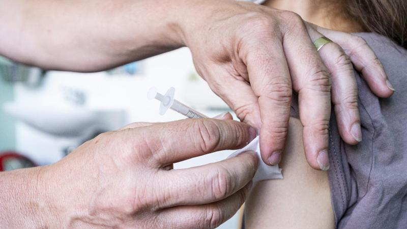 Laut Biontech und Pfizer ist die Impfung von Kindern zwischen fünf und elf Jahren mit ihrem Corona-Impfstoff unbedenklich. Foto: Fabian Sommer/dpa