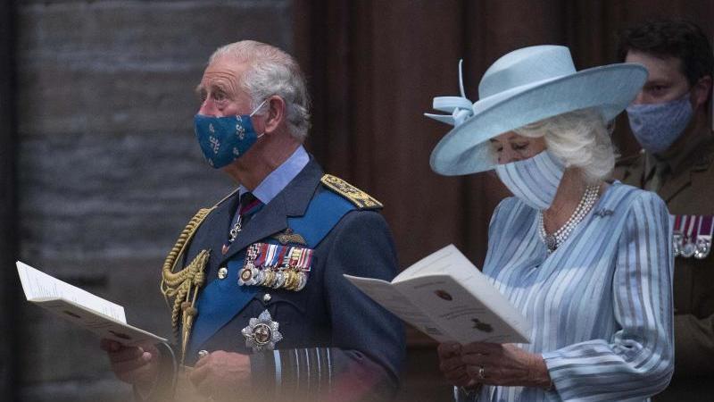 Der britische Prinz Charles, Prinz von Wales, und Camilla, Herzogin von Cornwall, nehmen an einem Dankes- und Umwidmungsgottesdienst anlässlich des 81. Jahrestages der Schlacht um Großbritannien in der Westminster Abbey teil. Foto: Julian Simmonds/Daily T