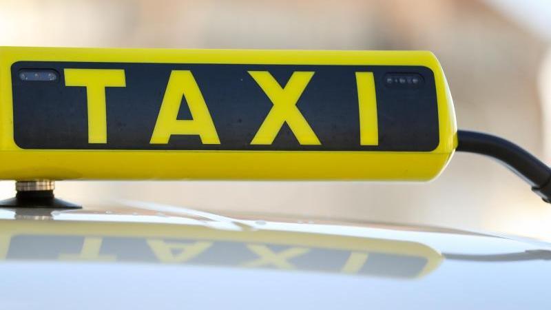 Ein Taxischild an einem Taxi. Foto: Jan Woitas/dpa-Zentralbild/dpa/Symbolbild