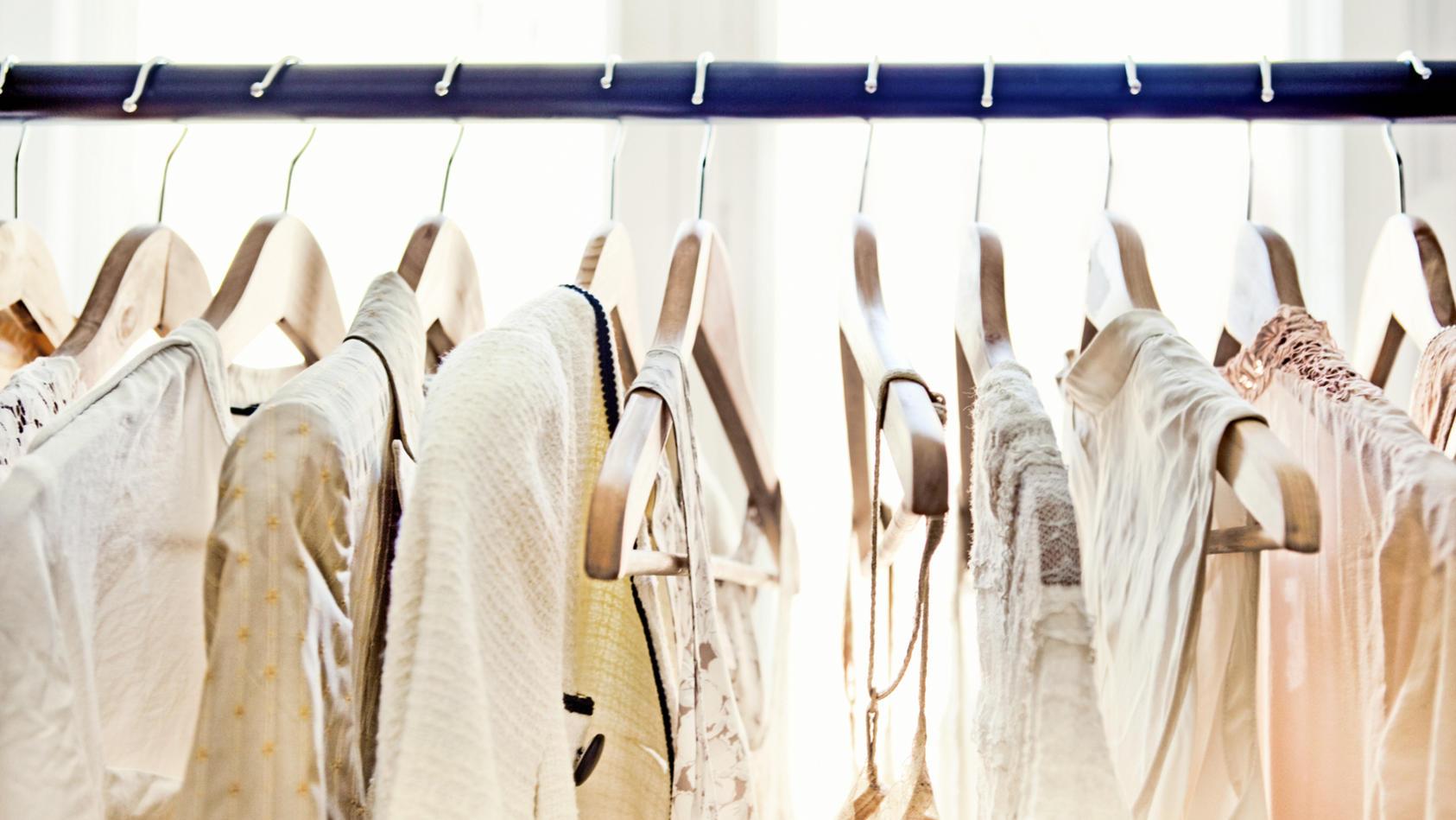 Kleiderbügel-Hacks: So hängen Sie Ihre Klamotten am besten auf.